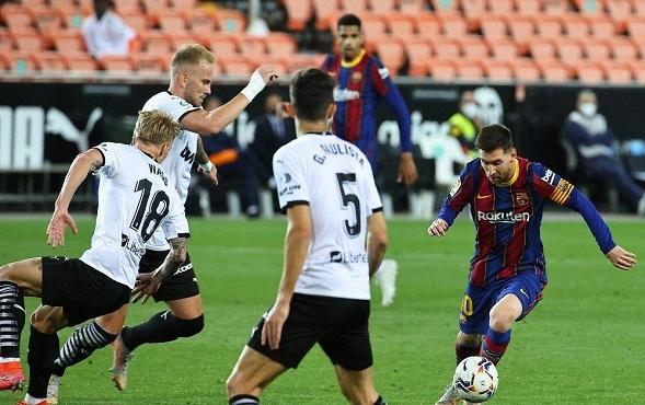 برشلونة يتغلب على فالنسيا بثلاثة أهداف لهدفين في الليغا